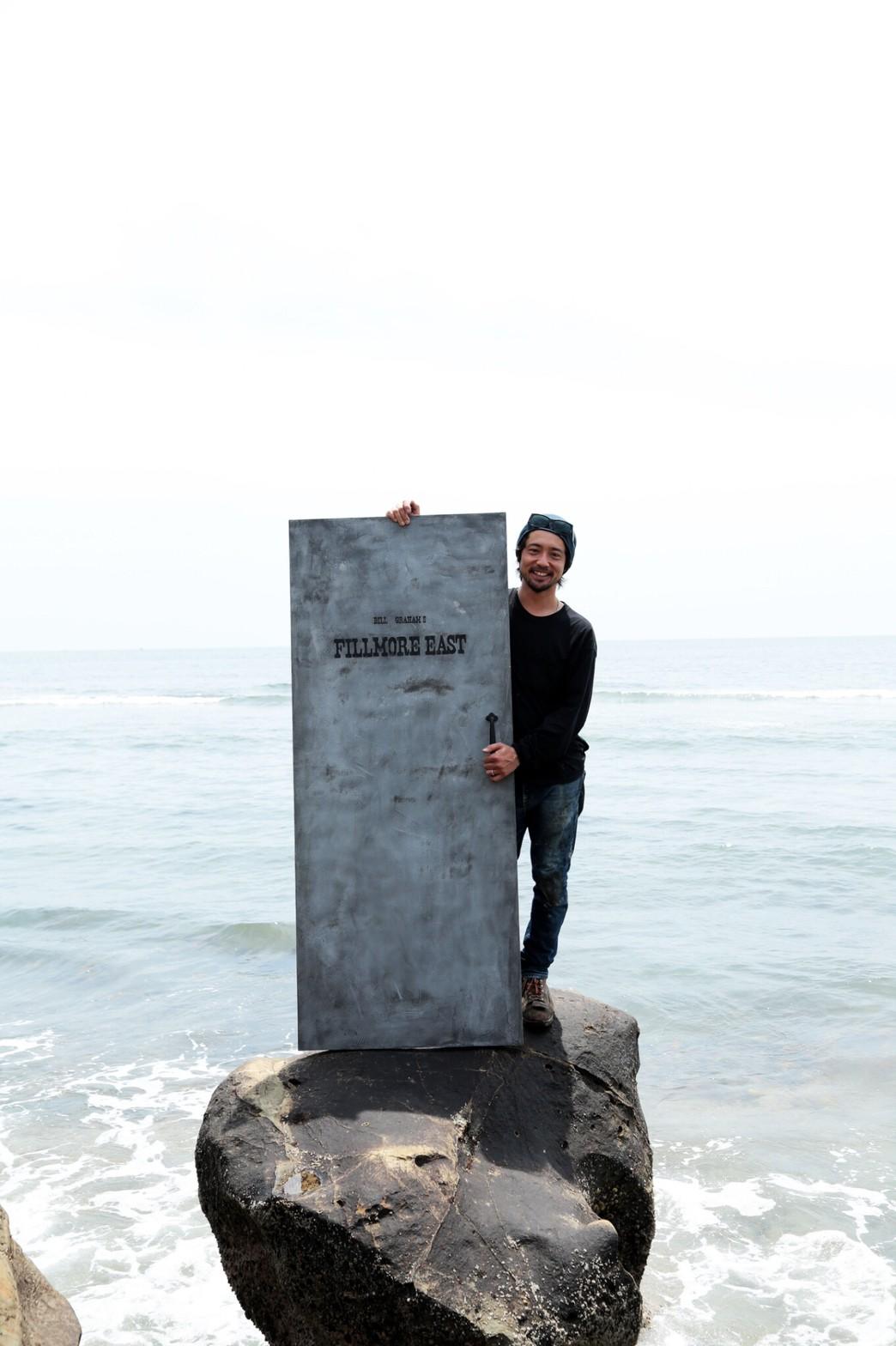海辺と施工扉